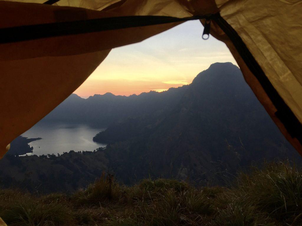 Zonsondergang vanuit onze tent Mount Rinjani