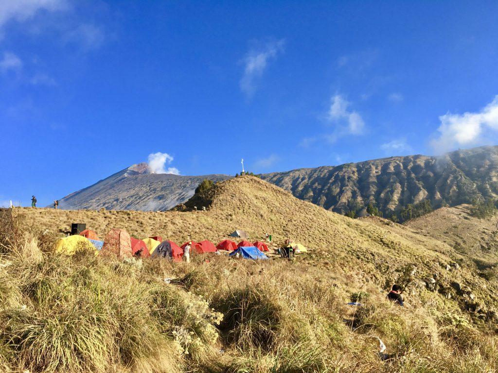 Uitzicht op onze tenten met daarachter de top van de Mount Rinjani