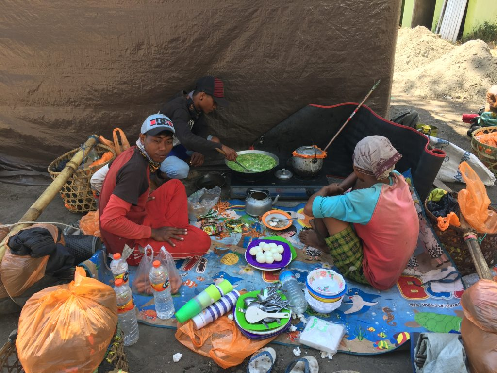 De lunch wordt door de porters voorbereid
