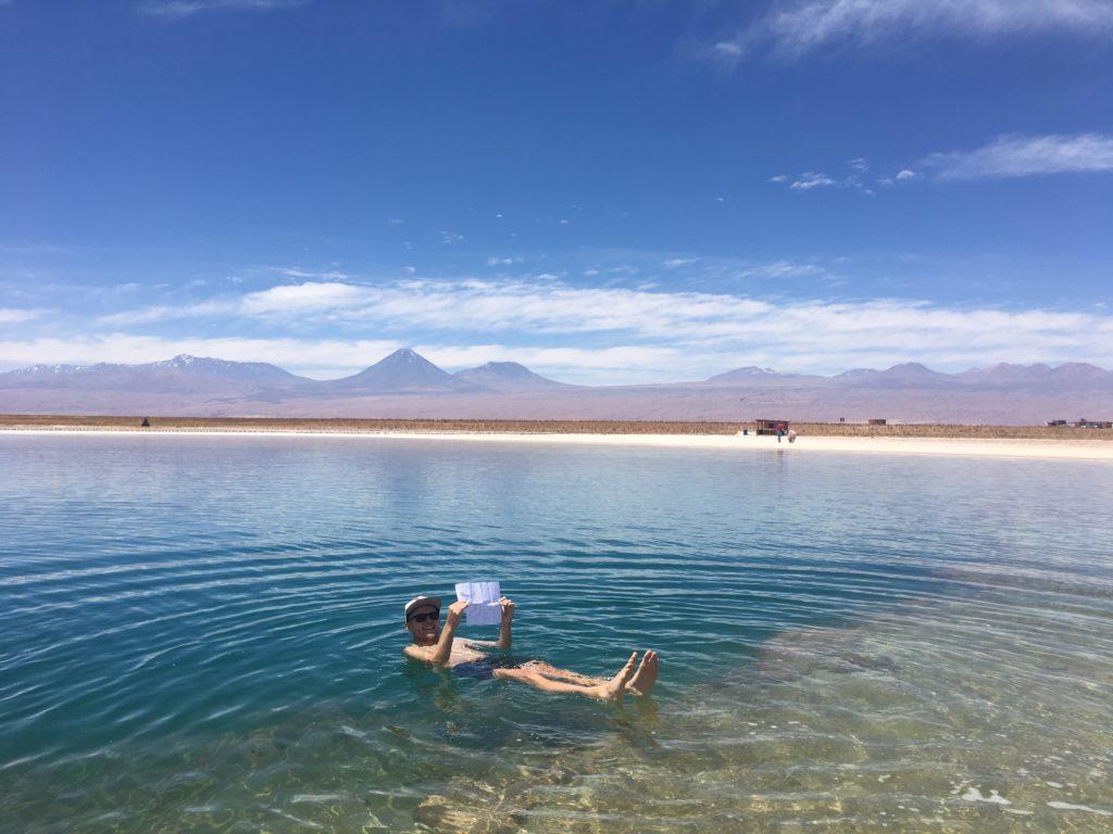 Lekker dobberen met uitzicht op de Atacama woestijn en vulkanen
