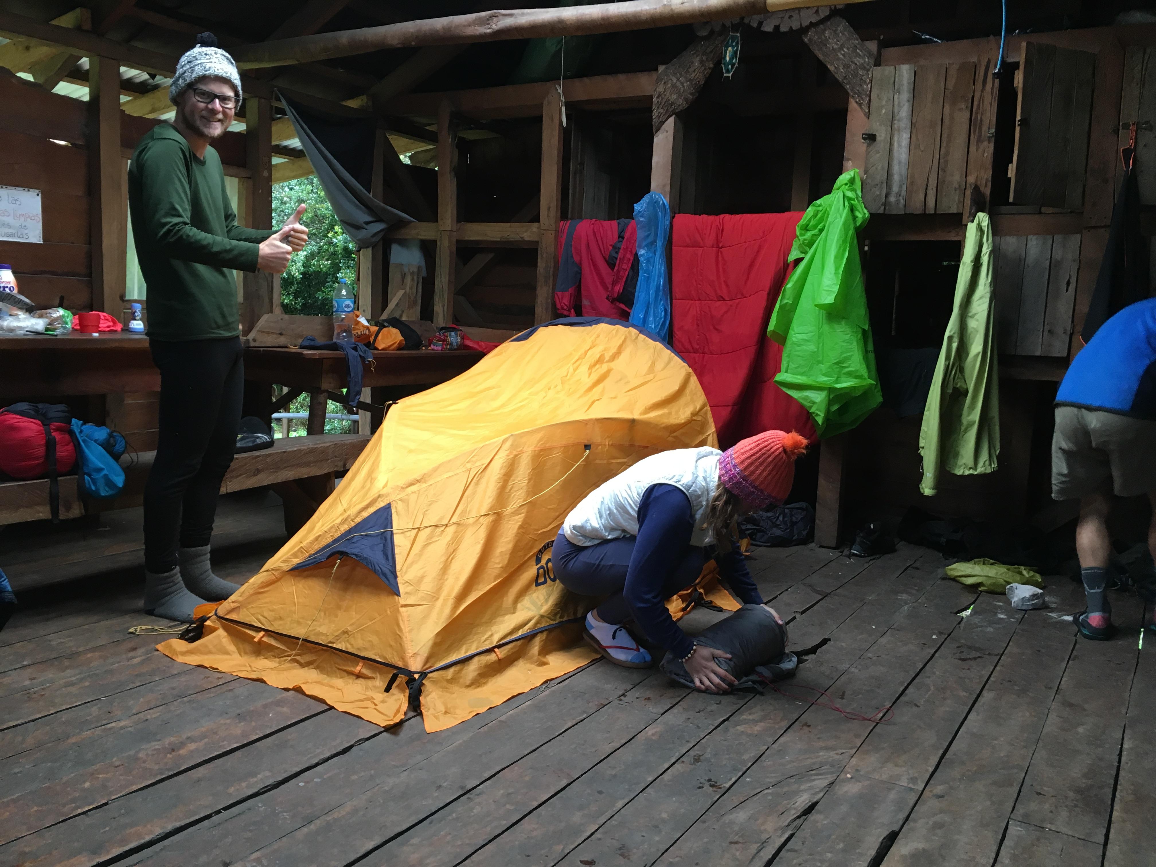 Het opzetten van onze tent bij Camping La Junta