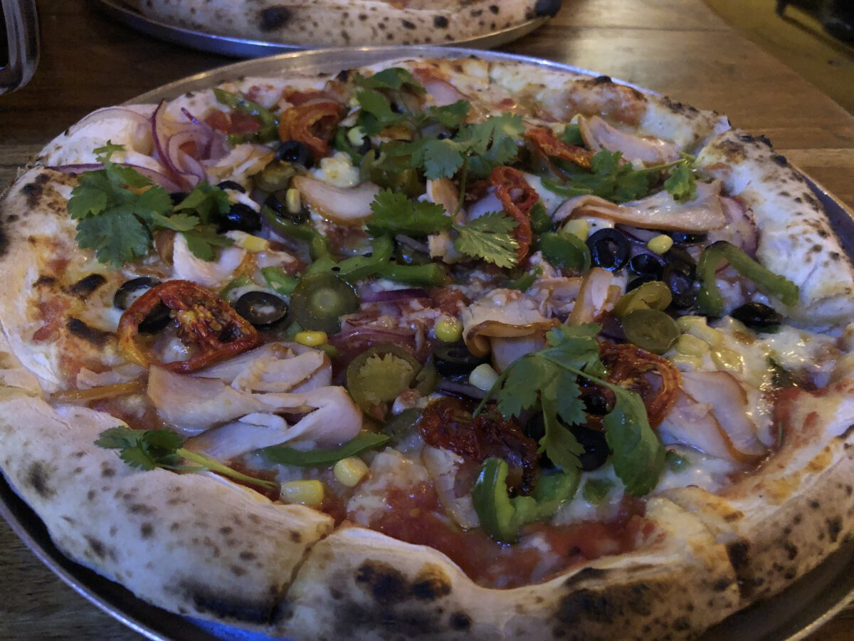 Verse pizza uit de pizza-oven bij Roadhouse Kathmandu
