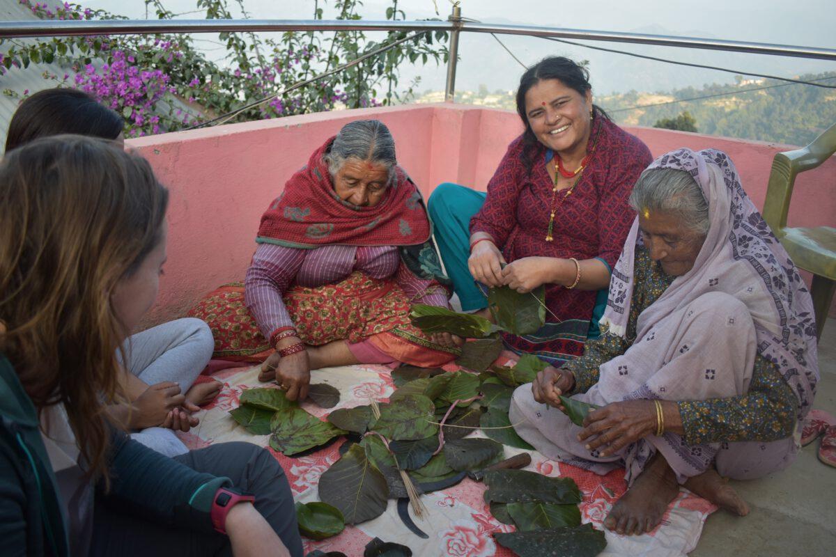 Kunstwerken maken met bladeren in Patlekhet Community Homestay